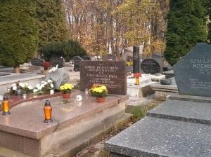 בית הקברות היהודי - מכירת נרות, קברו של מארק אדלמן והחלקה החדשה